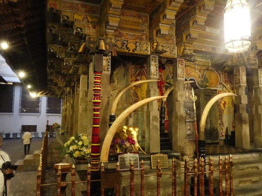 De magnifiques défenses d'ivoire ornent le temple.