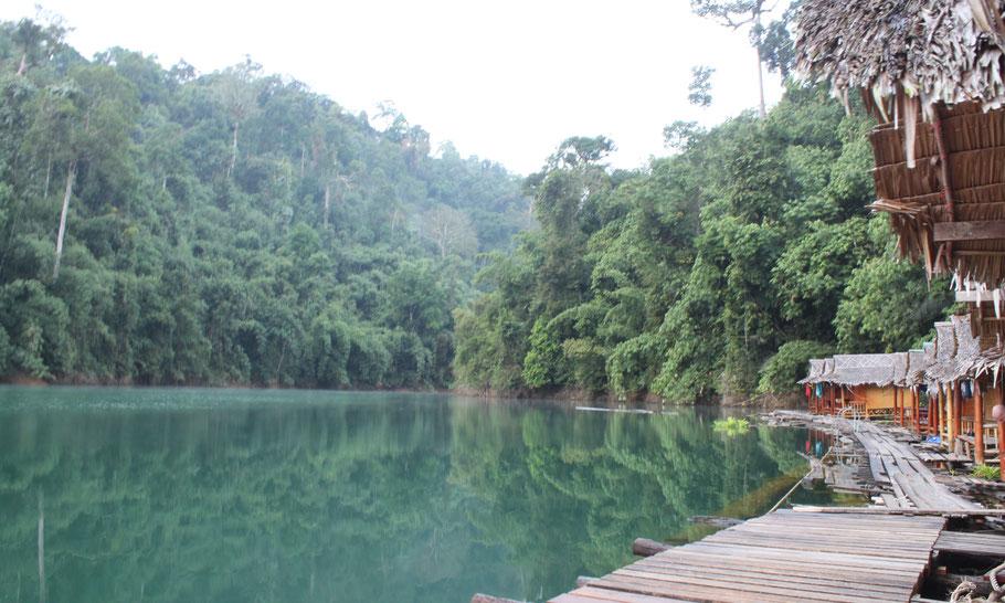 Maison flottante sur le lac à Kao Sokh