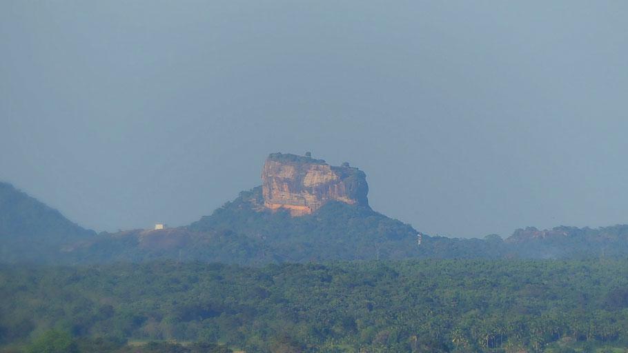Le Rocher de Sigiriya visible depuis Les Caves de Dambulla