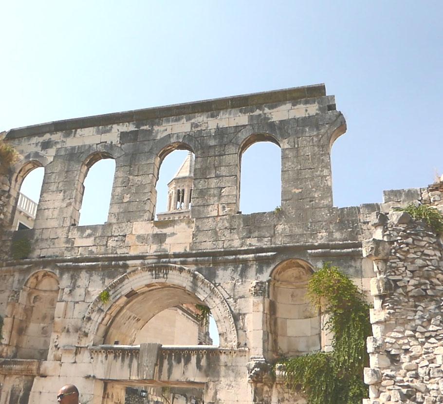 Porte d'entrée est du Palais.
