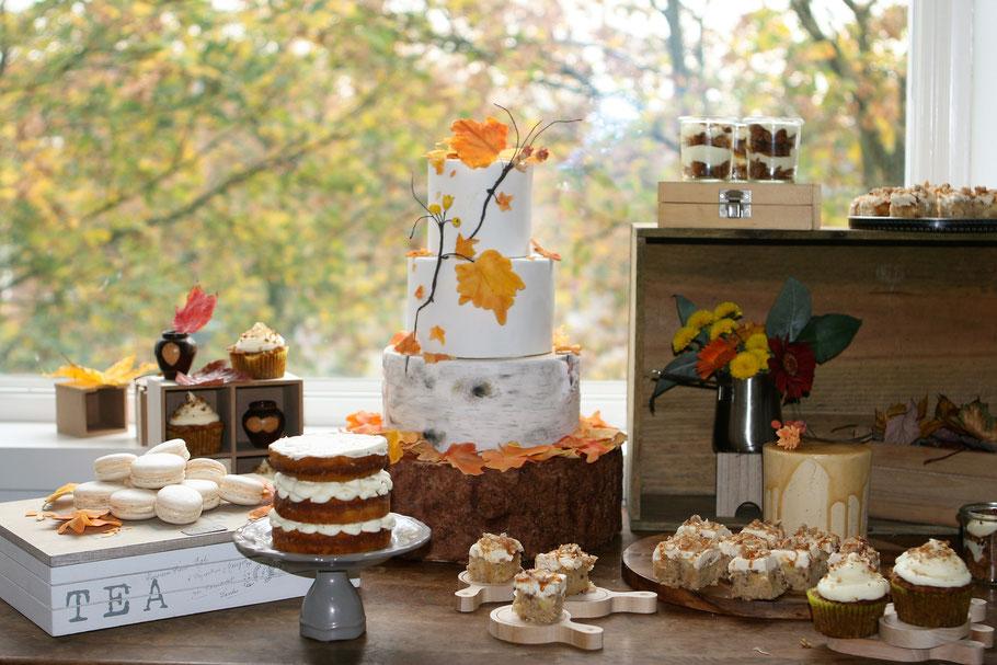 Sweet table met bruidstaart, cupcakes, macarons, petit fours