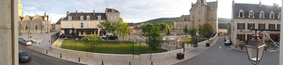 Unsern Ferienhaus ist auf der linken Seite das Rathaus