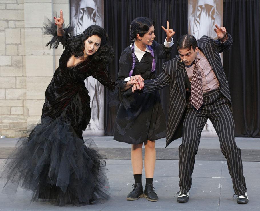 Morticia Addams (Miriam Schwan), Wednesday Addams (Florentine Kühne), Gomez Addams (Lucas Baier) © Die Foto-Maus /Hillebrecht