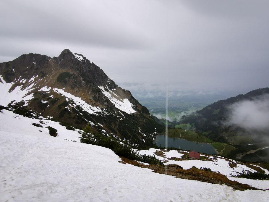 Der untere Gaisalpsee kommt in Sicht, weiterhin ist der Weg schneebedeckt