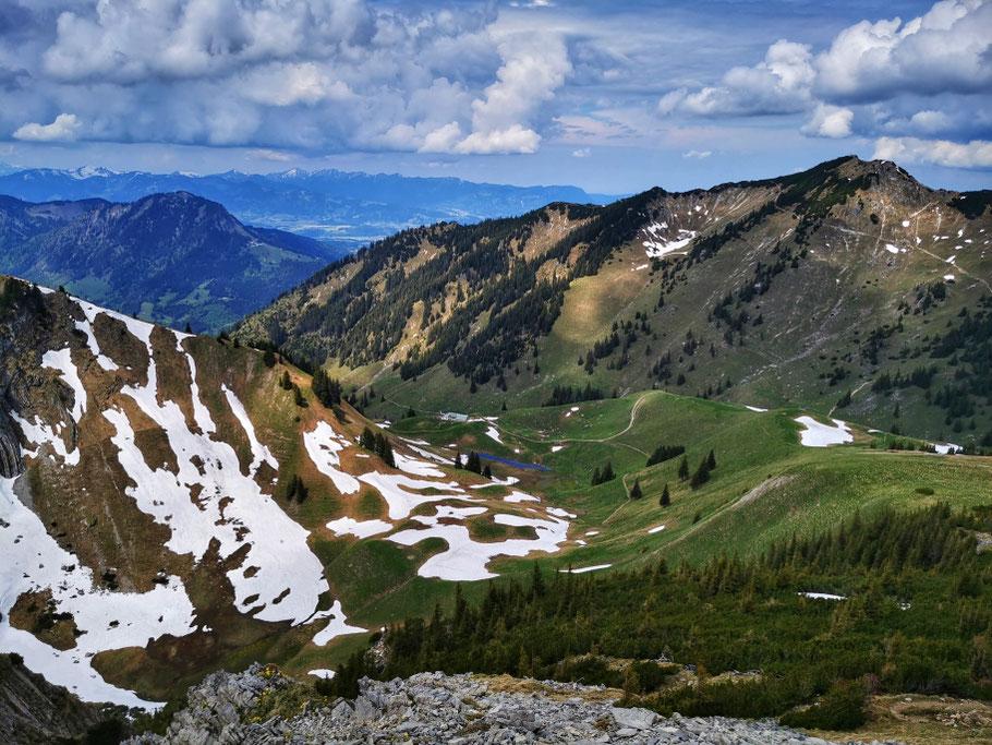 Abstieg vom Bschießer, rechts der Gipfel des Iseler
