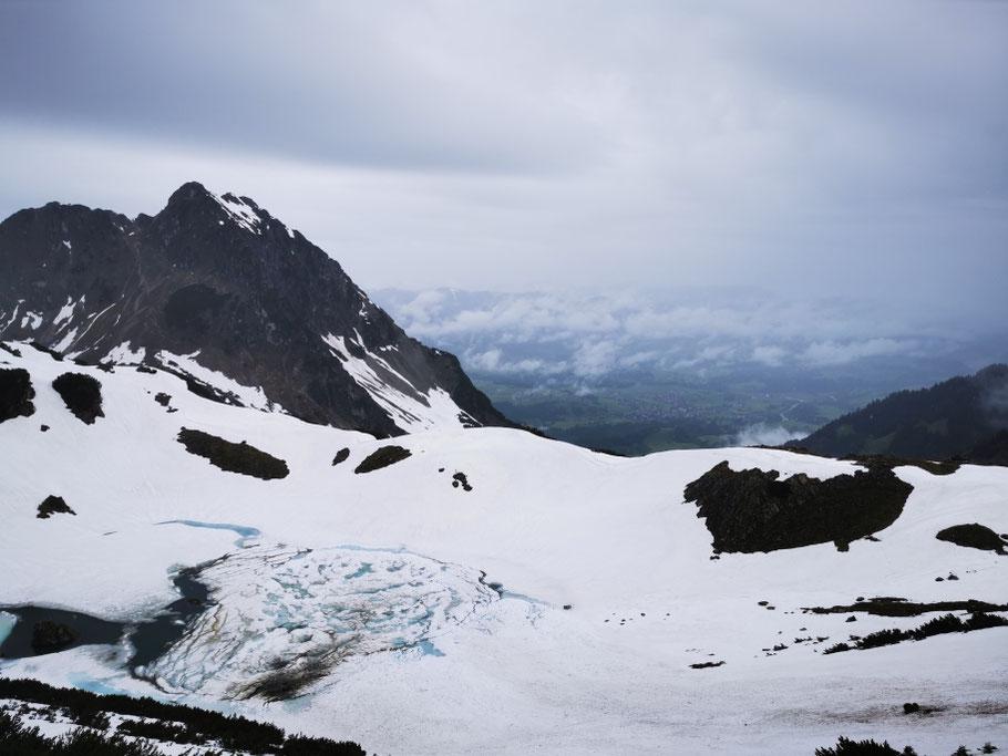 Der gesamte Abstiegsweg liegt noch unter einer Schneedecke
