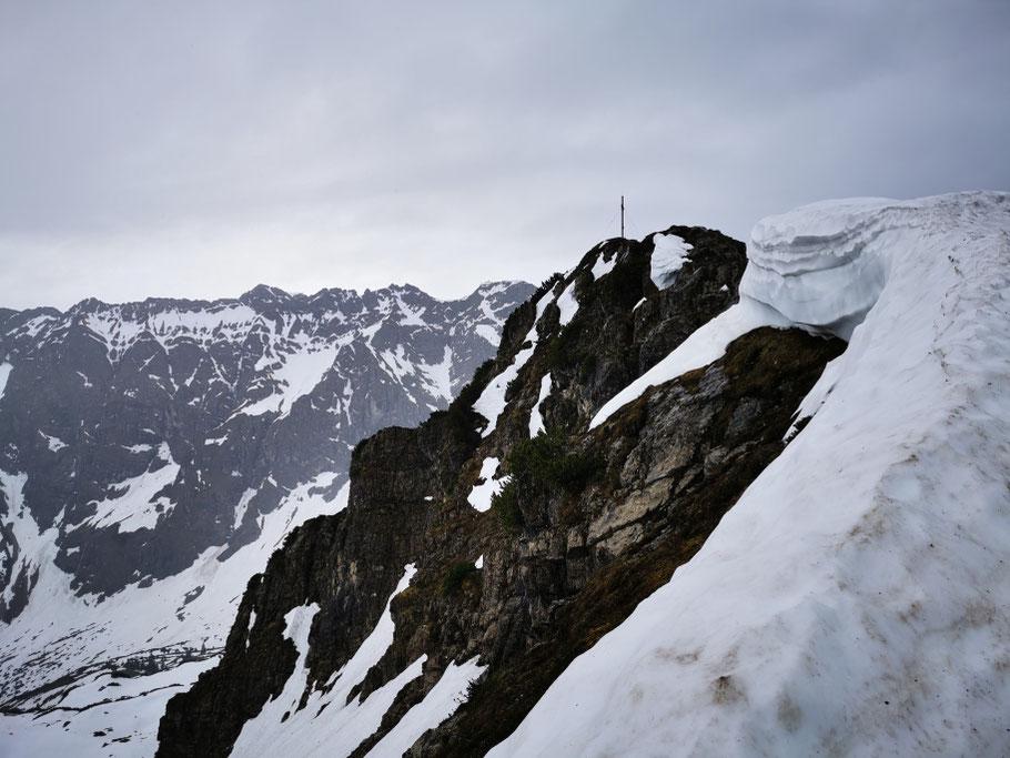Auf dem Gipfelgrat des Entschenkopf liegt noch eine Menge Schnee