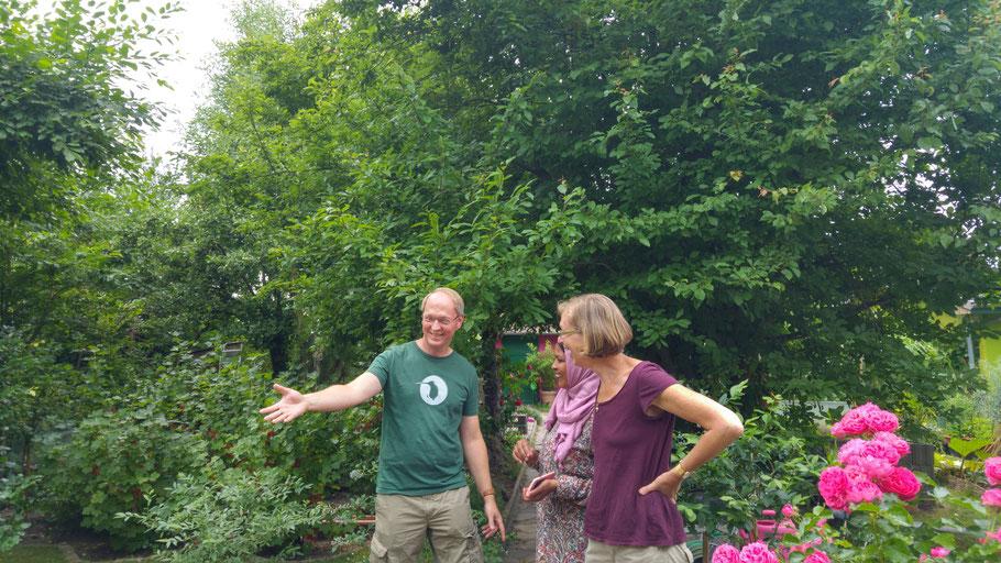 Gartenfreund Jörg im Gespräch mit Garteninteressentin Nuha und Gartenfreundin Erica