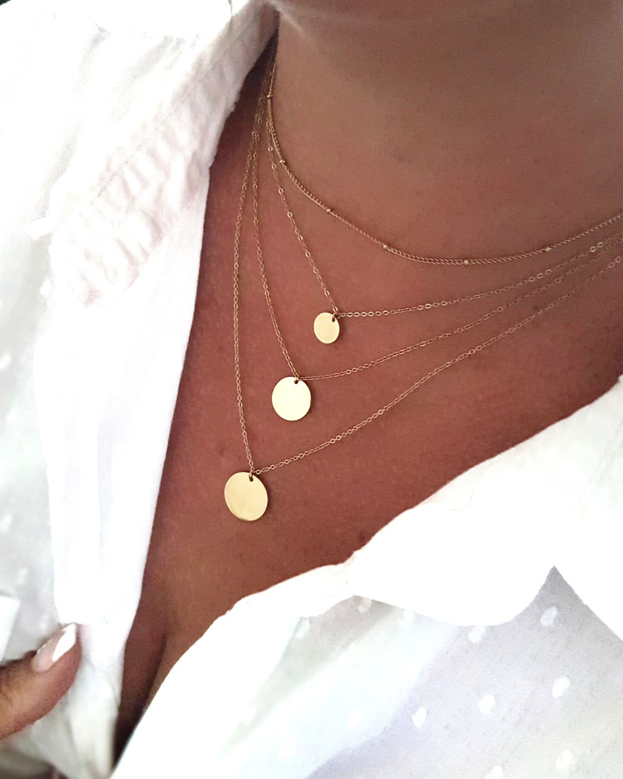 Collier médaille, collier doré, accumulation de colliers médailles