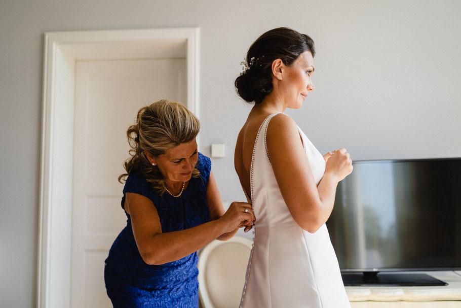 Braut und Brautmutter Getting Ready