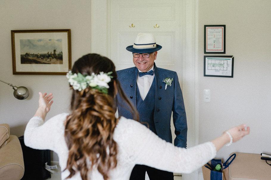Vater Tochter Umarmung Blumen Haare Braut Hochzeitsbilder