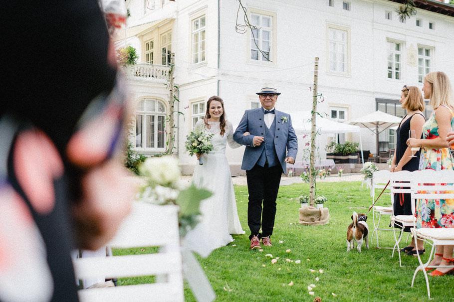 lachen Braut Hut Kleid Hund Villa Hochzeitbild