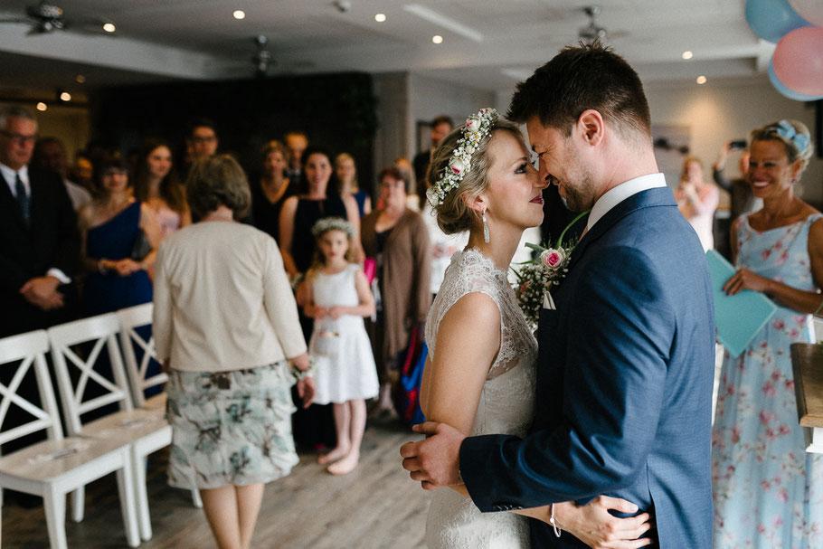 Hochzeitsfotograf Braut Hallo Nase an Nase