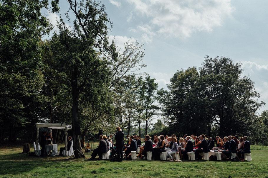 Eine große Hochzeitsgesellschaft während der Trauung