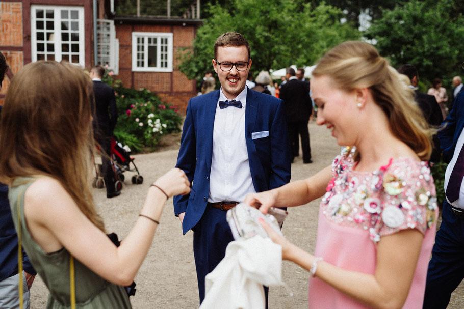 Hochzeit gute Stimmung Handtasche Mann Fliege Mölln