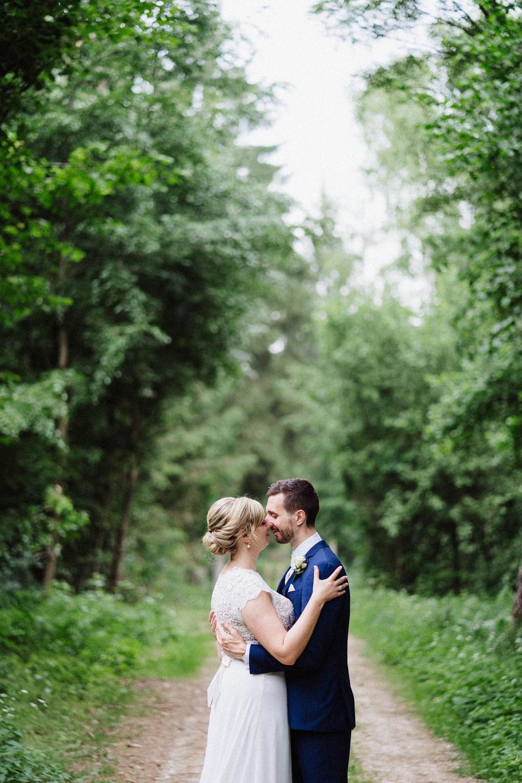 Kuss Brautpaar Wald