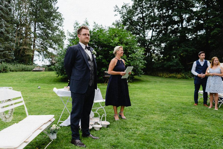 Bräutigam blauer Anzug weißer Stuhl