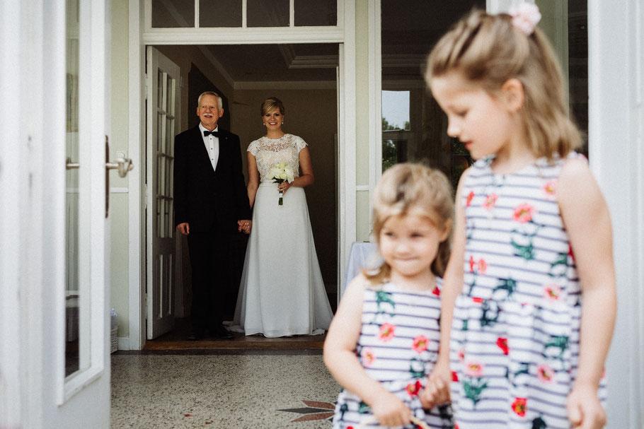Reportage Braut Vater Kinder Blumen Mölln Hochzeit