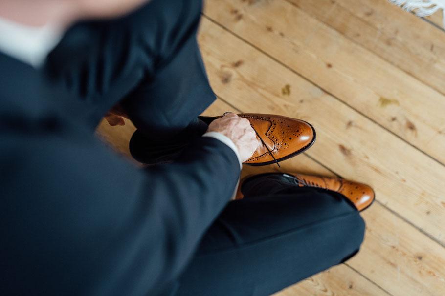 Schuhe des Mannes auf einer Hochzeit