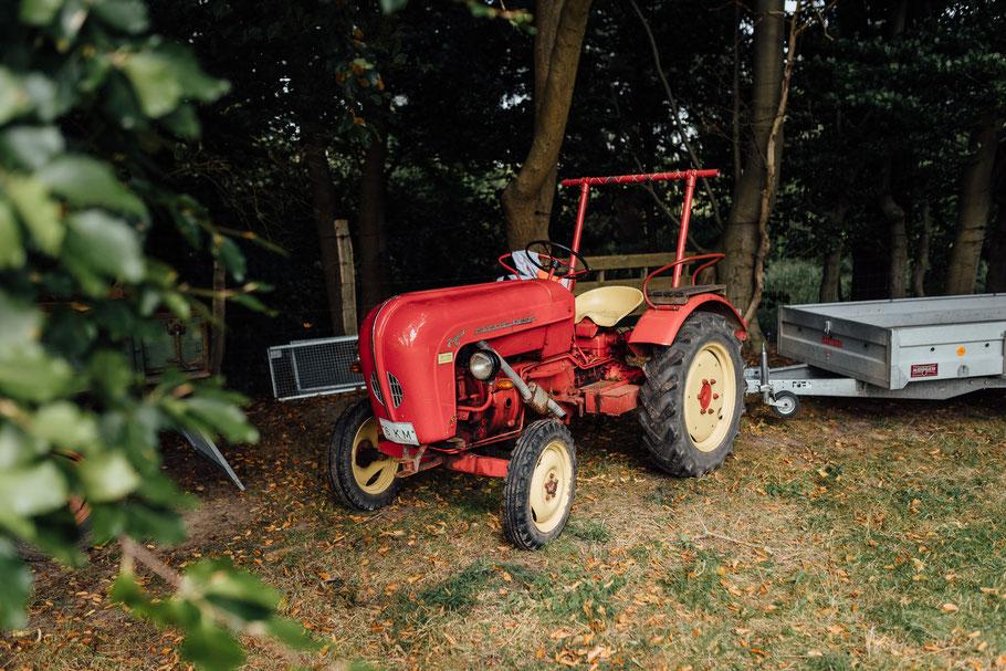 Traktor sorgen für gute Stimmung auf der Hochzeit
