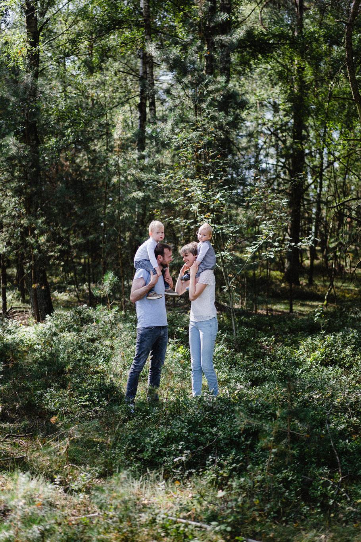 Huckepack Junge Familie Heide Wald