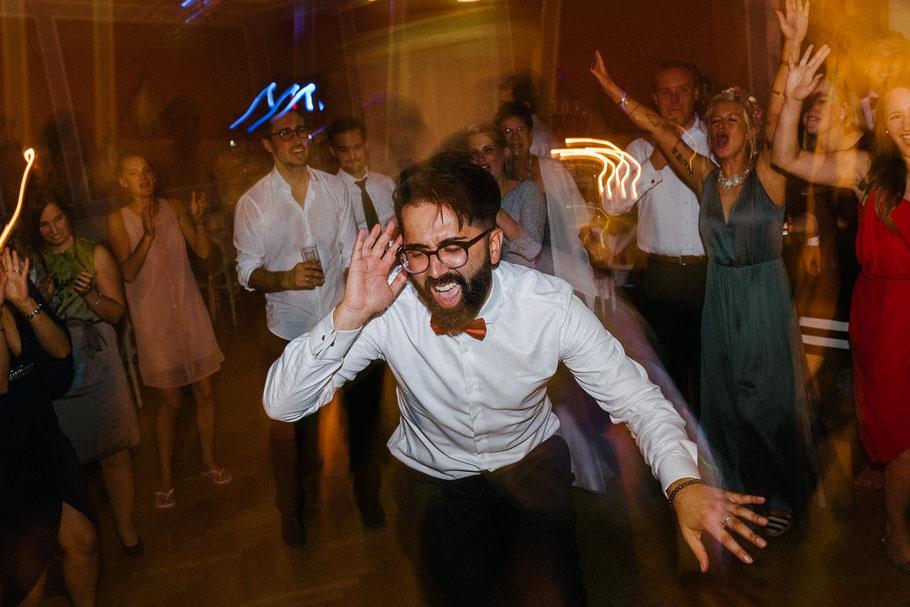 Trauzeuge tanzt Hochzeit