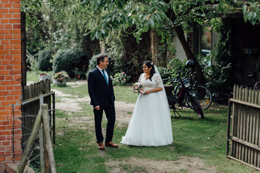 Vater und Braut warten auf den Einzug