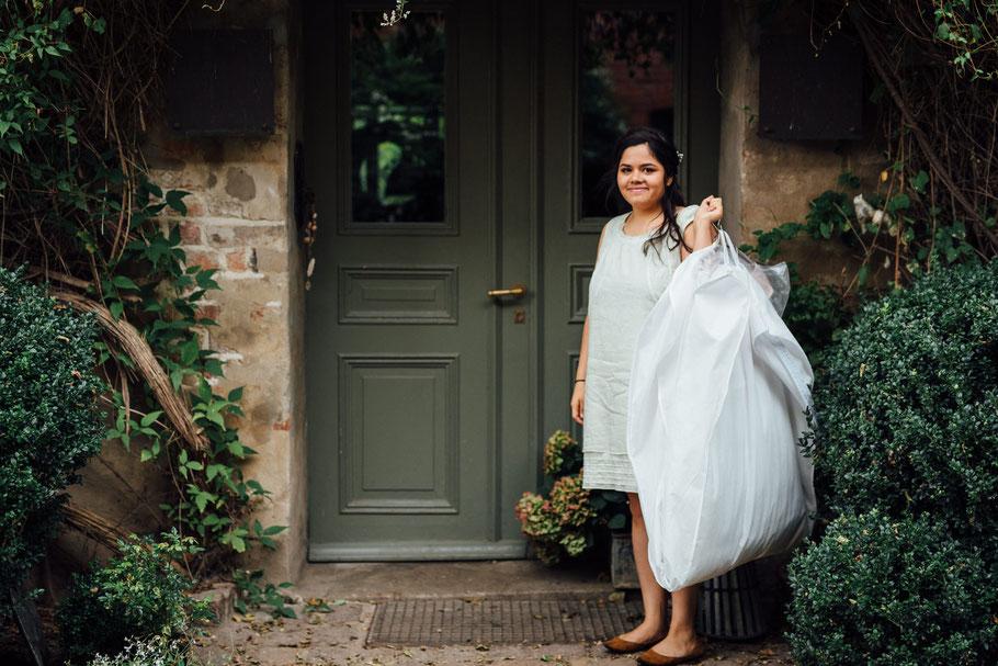 Braut bei der Ankunft Kleid grünes Tor