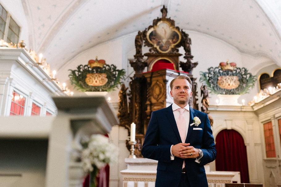 Bräutigam wartet gespannt