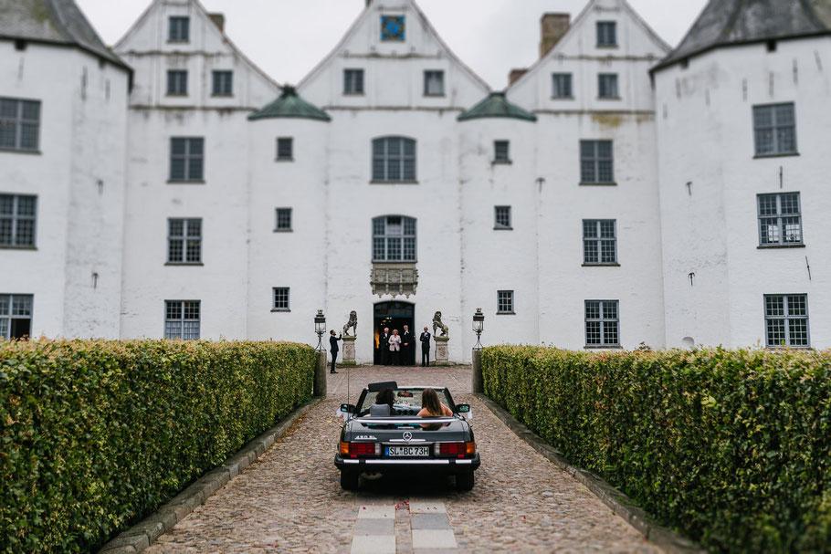Auto fährt vor Schloss in Glücksburg