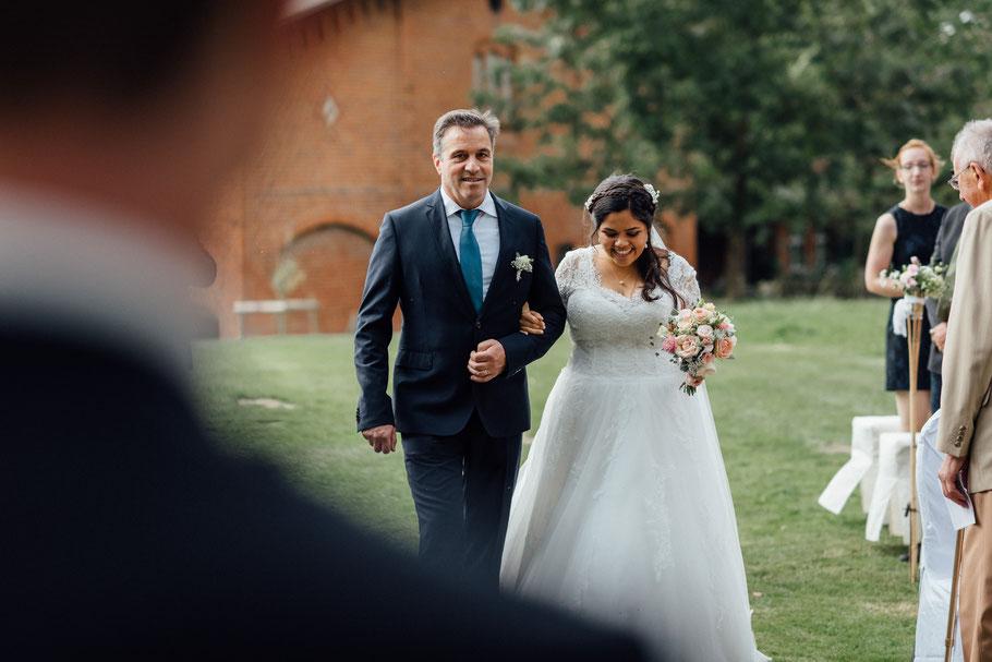 Braut kommt mit Brautvater