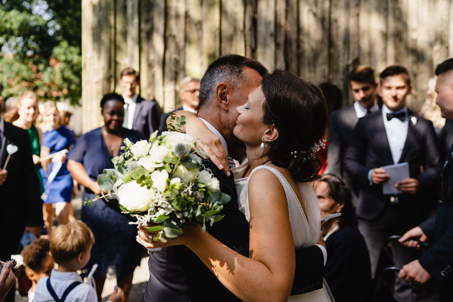 Vater Braut Tochter Umarmung vor Kirche