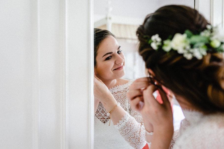 Hochzeitsbild lachen Braut Kleid Spiegel