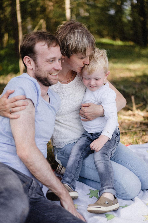 Kuss Junge Frau Mutter Jeans