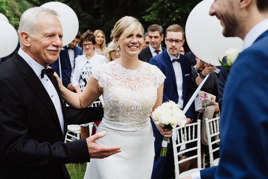 Übergabe Vater Braut Hochzeit draußen