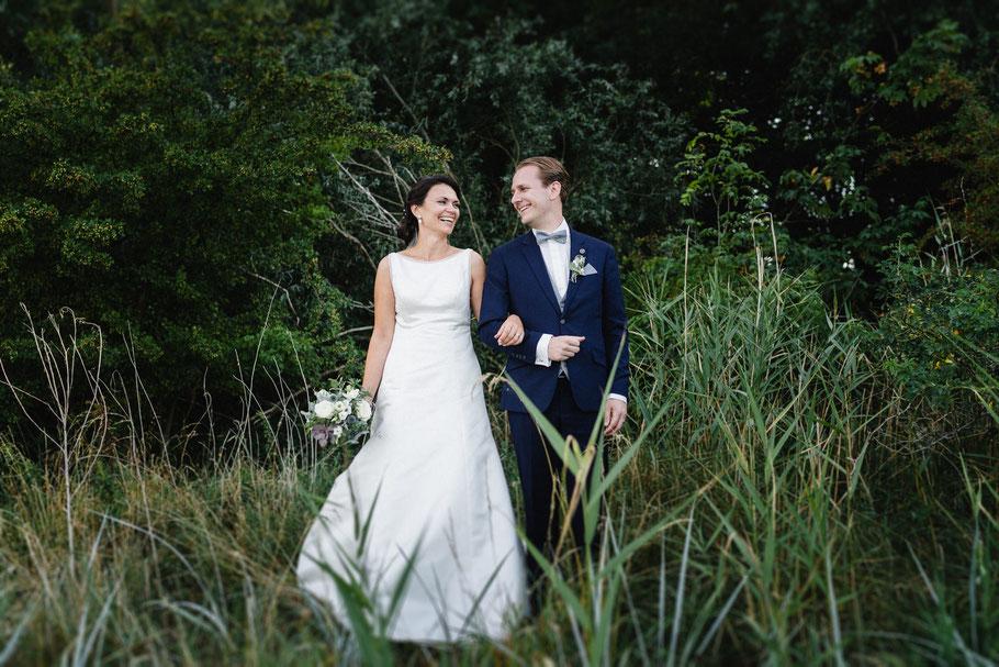 Brautpaar eingehakt Gras