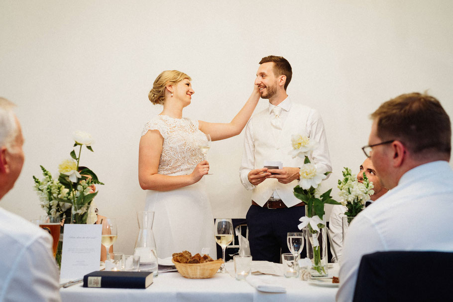 Blick Brautpaar Rede Abend Feier