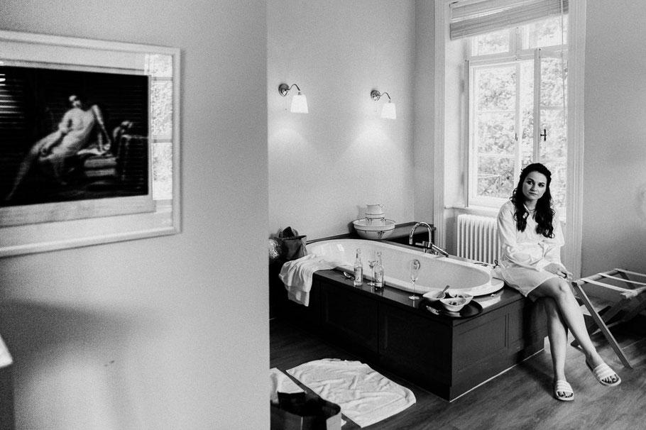 schwarzweiß Badewanne Frau Beine