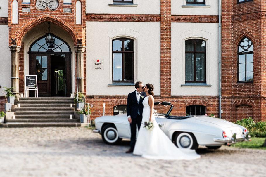 Paar Hochzeit vor Mercedes
