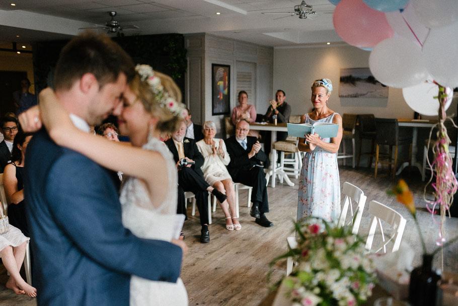 Rednerin Blick Brautpaar Kuss Hochzeitsfotograf Hamburg