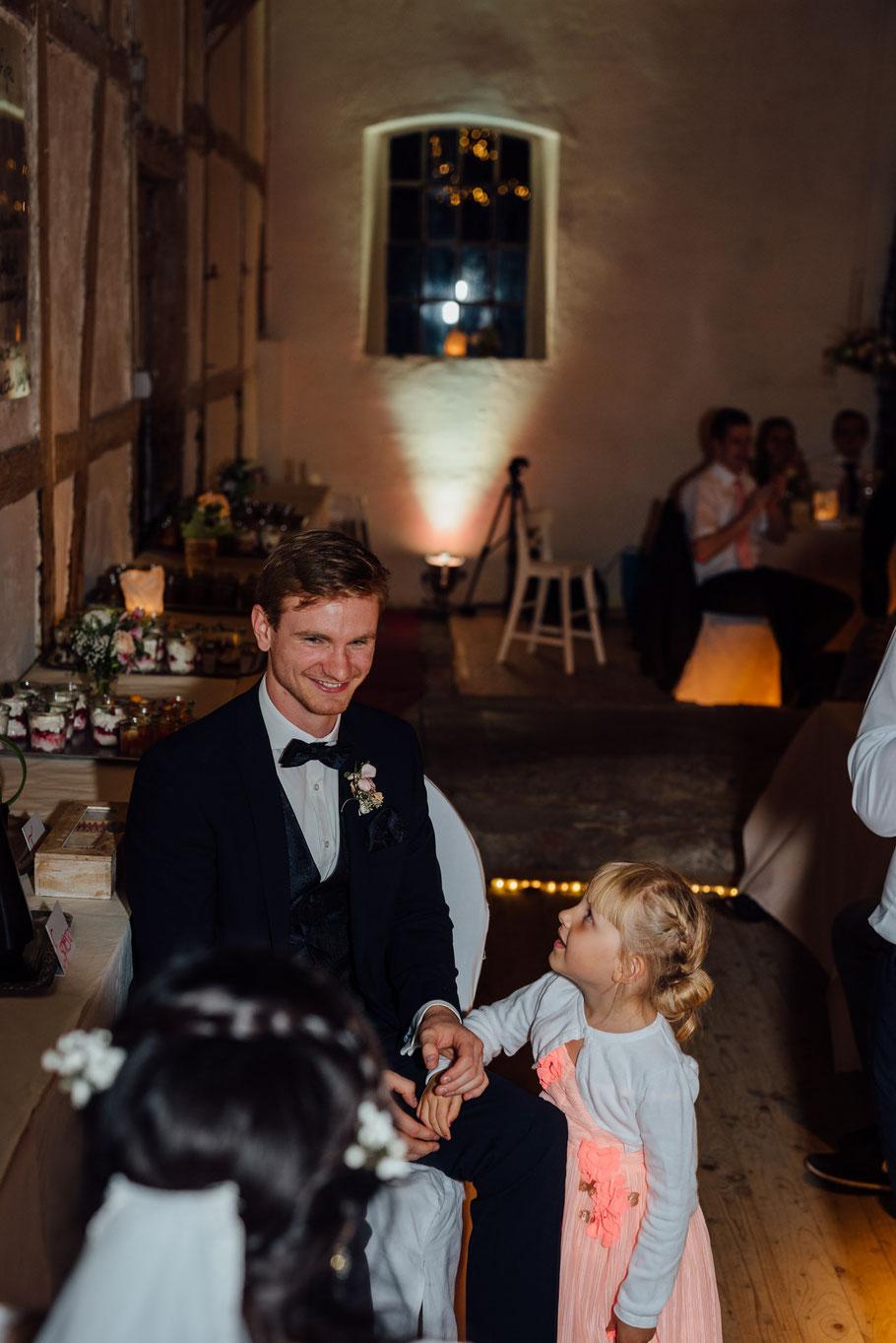 Nichte mit Bräutigam Freude Spiel