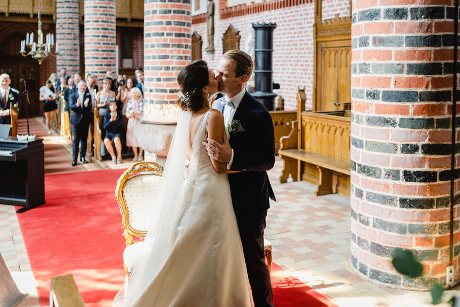 Kuss Kirche Brautpaar Hochzeit Trauung