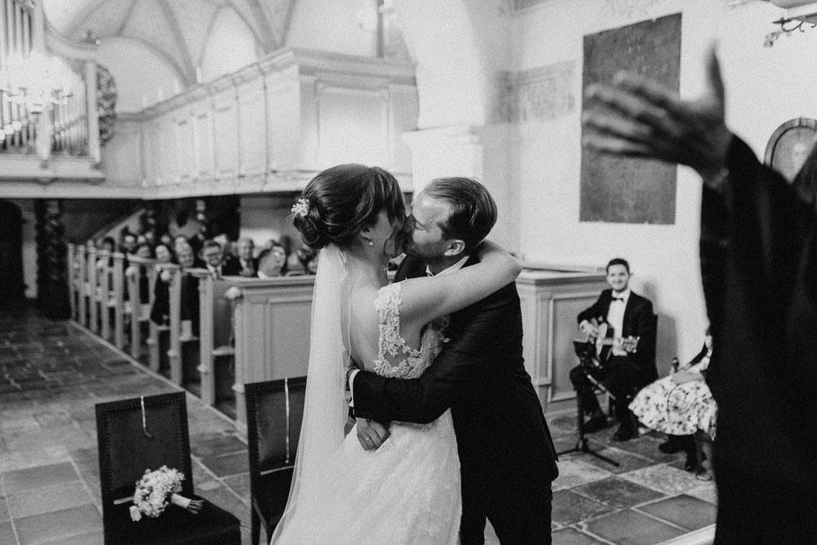 Kuss Hochzeit Kirche Hand