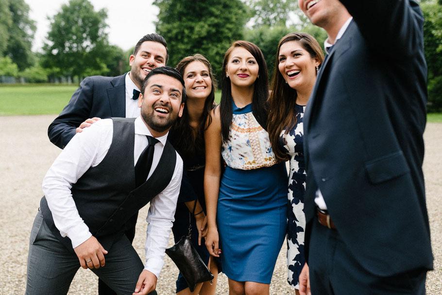 Gruppenbild Hochzeit froh
