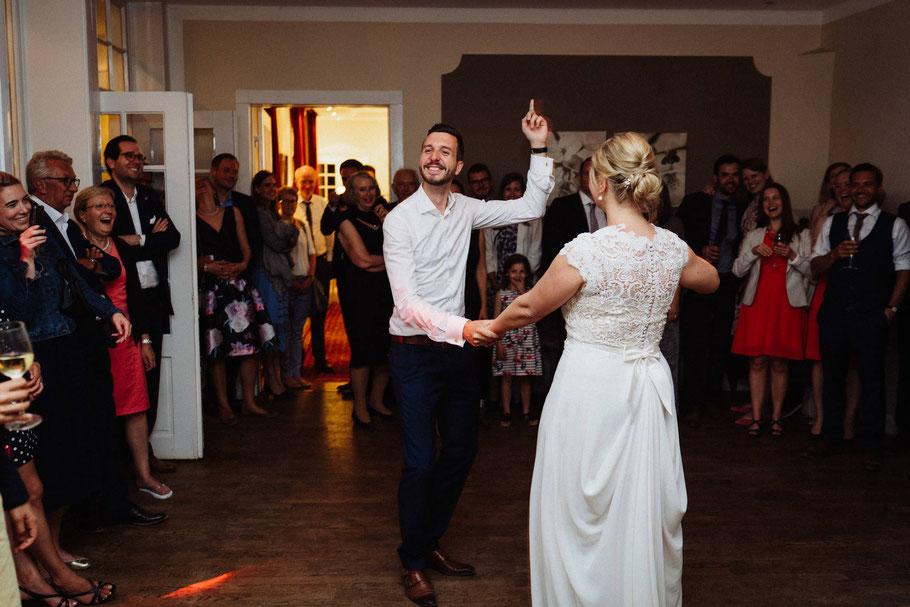 Party Hochzeitstanz Bräutigam blauer Anzug Braut Mölln