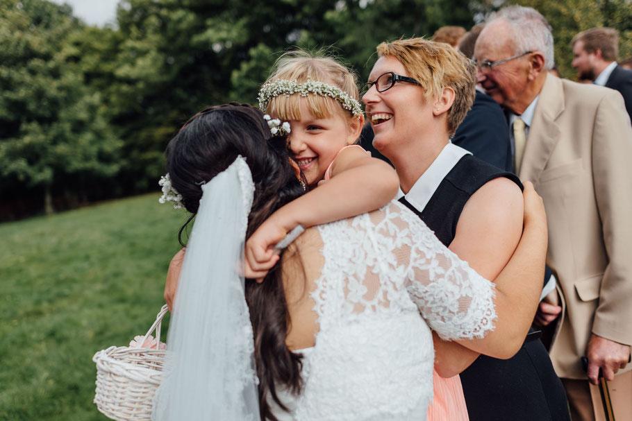 Brautmädchen gratuliert Hochzeit