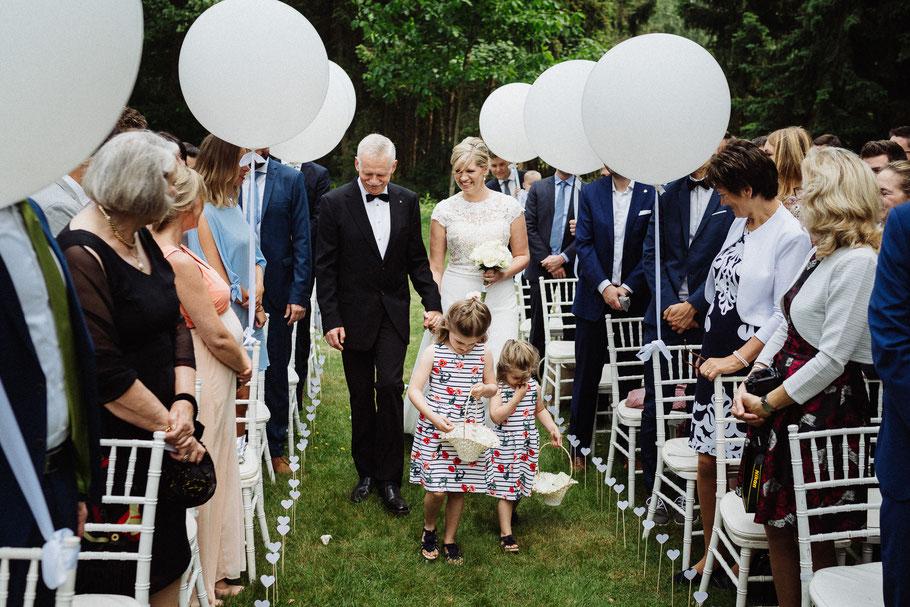 Braut Einzug Vater Blumenkinder Hochzeit