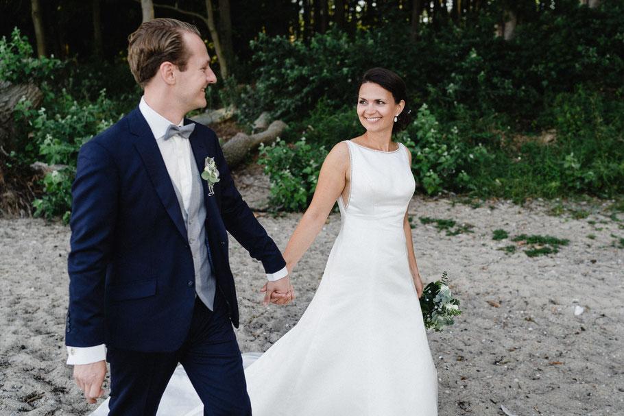 Brautpaar Braut fröhlich Strand blick