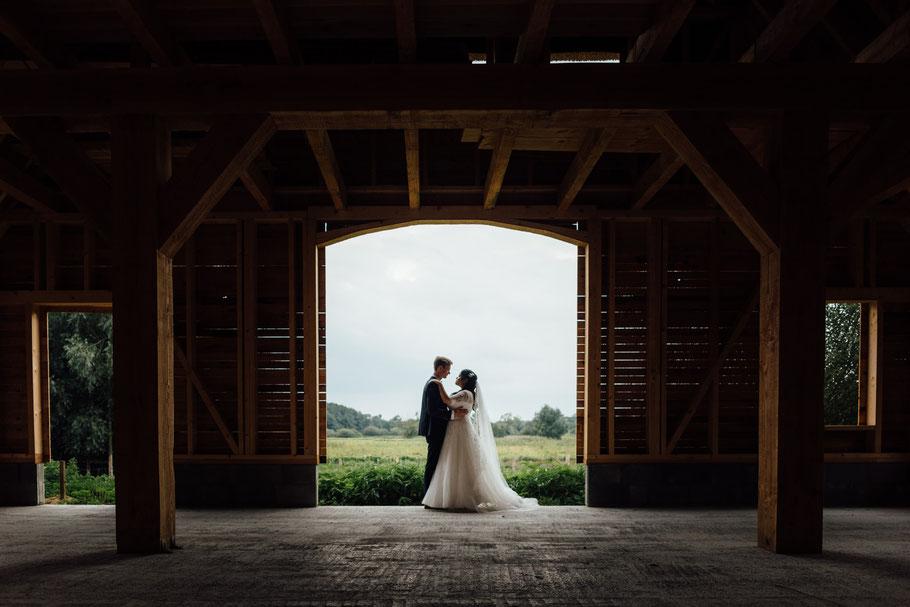 Hochzeitsfotograf macht Bilder beim Shooting