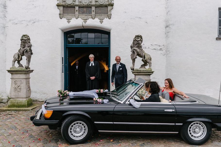 Auto fährt vor Schloss in Kirche